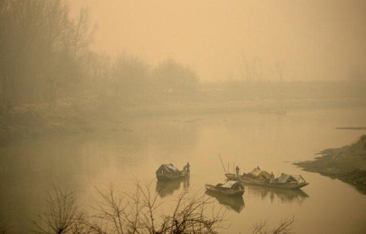 কুয়াশা ঢাকা সকালে কাশ্মীরের ঝিলম নদী।